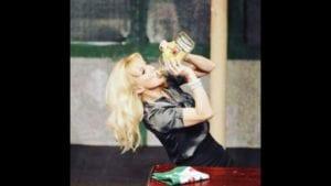 Scène de théâtre avec une jolie comédienne qui boit tropComédie. Sortir à Biarritz. Rigoler. se marrer. Détente.