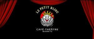 Image de fond rideaux rouges ouverts sur le logo du café-théâtre Le Petit Bijou à Biarritz