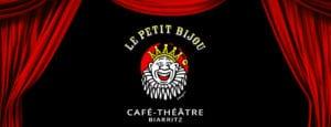 Image de fond rideaux rouges ouverts sur le logo du café théâtre Le Petit Bijou à Biarritz centre