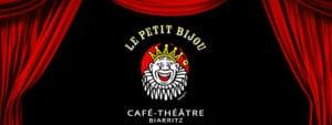 Image de fond rideaux rouges ouverts sur le logo du café théâtre Le Petit Bijou à Biarritz