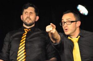 Les jeudis de l'Impro cafe theatre petit bijou spectacle d'humour hommes regardant au loin
