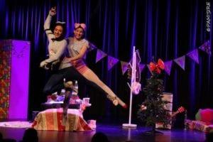 Alouette et son amie sautent en l'airspectacle pour enfant à biarritz