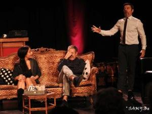 Photo du spectacle d'humour les trois personnage en grande discussion