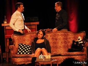 Photo du spectacle d'humour le couple gay se dispute pendant que la femme se détend