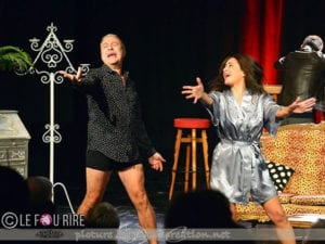 Photo du spectacle d'humour un homme une femme chantent et dansent