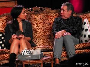 Photo du spectacle d'humour un homme une femme assis sur le canapé
