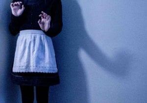Portrait de Denise des épaules au genoux