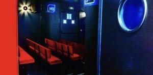 apercu des sieges de la salle de spectacle à l'entrée du théâtre