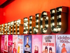Détail du mur de la salle avec les lettres des mots Le Petit Bijou forgées en majuscules et des ampoules dans chaque lettre