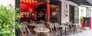 Photode la façade du Petit Bijou avec la terrasse et le bar