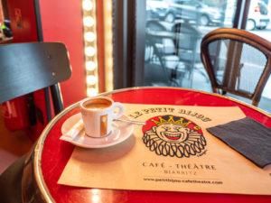 une table et deux sièges du Bar Le Petit Bijou Café Théâtre à Biarritz .