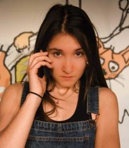 Photo du spectacle une ado au téléphone Ado un jour à dos toujours