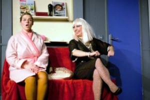 """Photo de """"Demain je me marie"""" une femme et la maitresse de son mari assises sur un canapé rouge"""
