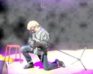 Spectacle Fan Club : Faux johnny qui chante un genoux à terre