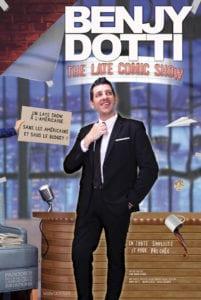 Affiche du specatcle de Benjy DOTTI The Late Comic Show, en costume, se tenant le noeud de cravate