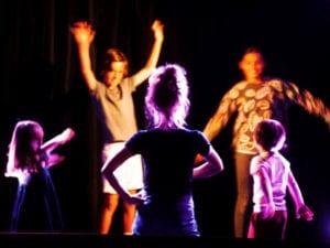 Groupe d'enfant en atelier d'improvisation et de travail sur le corps avec camille hugues