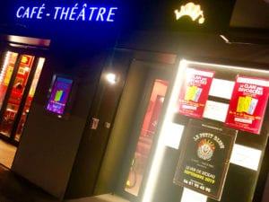 vitrine de nuit du café theatre Petit Bijou à Biarritz