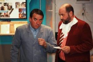 DEUX ACTEURS DEBOUTS DISCUTENT