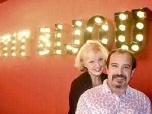 Virginie Stevenoot et Mehdi dans la saalle du bar du café théâtre