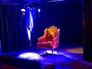 Siège de molière sur la scène du petit bijou café théâtre