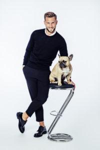 Photo de scène de Florian LEX par Stéphane KERRAD : Florian LEX debout près d'un chien assis sur un tabouret