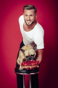 Photo de scène de Florian LEX par Stéphane KERRAD : Florian LEX donne un enorme gateau à manger à son chien