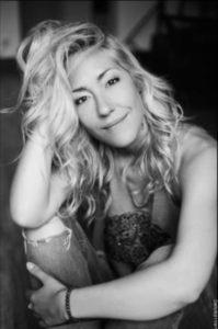 """Photo de Julia DUCHAUSSOY, auteure et comédien dans """"Le monde du silence gueule"""""""
