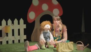 une larionnette et une jeune femme parlent aux enfants