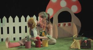 une larionnette et une jeune femme se parlent