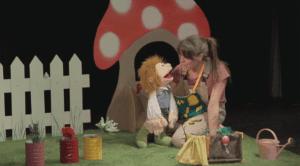une larionnette et une jeune femme se parlent devant un énorme champignon