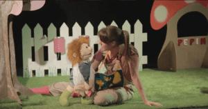 une marrionnette et une jeune femme en conversation