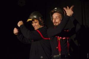 deux pompiers, casque sur la tête qui dansent
