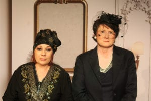Deux femmes avec des chapeaux bourgeois