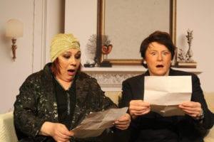 deux femmes assises lisant chacune une lettre avec surprise