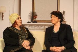 Deux femmes assises sur un canapé blanc