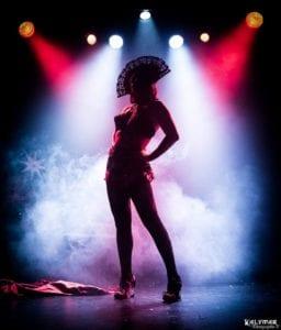 Silhouette de Valentina Kalymar avec des spots rouge et bleu et un fond de fumée de scène